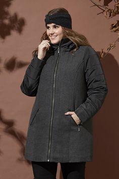 Különleges téli dzseki, hosszított fazon igazi meleg darab. Nagyon dívatos mert az eleje és a háta szövet,ujja pedíg steppelt! Winter Jackets, Coat, Fashion, Winter Coats, Moda, Sewing Coat, Winter Vest Outfits, Fasion, Coats