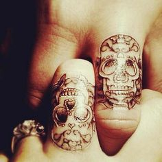 Skulls Finger tattoo!
