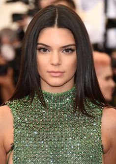 Kendall Jenner wore her hair straight, centre-parted and glossy, sticking to her signature beauty look of long lashes, flawless skin, defined brows and nude lips. Kendall Jenner Make Up, Kendall Jenner Photos, Kendall Jenner Hair Color, Kylie Jenner, Holiday Hairstyles, Celebrity Hairstyles, Girl Hairstyles, Newest Hairstyles, 2015 Hairstyles