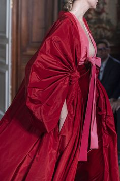 Valentino Couture Fall 2019 Fashion Show Details. See all the closu-up details from Pierpaolo Piccioli's Fall 2019 Couture runway show from Paris Haute Couture Paris, Style Haute Couture, Valentino Couture, Valentino Dress, Red Fashion, Runway Fashion, High Fashion, Fashion Show, Fashion Design