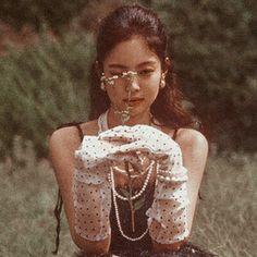 she is beautiful . Kim Jennie, Kpop Girl Groups, Korean Girl Groups, Kpop Girls, Divas, Forever Young, Tumblr Kpop, Black Pink, Blackpink Photos