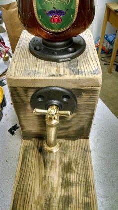 Liquor/wine dispenser - Woodworking creation by Maderhausen Whiskey Dispenser, Alcohol Dispenser, Beverage Dispenser, Wood Projects, Woodworking Projects, Craft Projects, Bar Deco, Barn Wood Crafts, Idee Diy