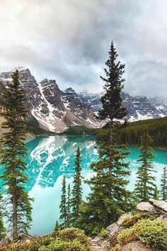 Moraine Lake, Canada (Earth Pictures™ on Twitter)