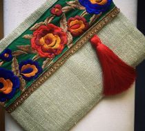 Naturel Jüt İşlemeli Çanta El yapımı özel tasarım çanta jüt kumaşı, etnik el işi işleme ve püskül kullanılarak.... 249505