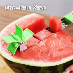 Windmills Watermelon Schneider🔥😍 - 😍🔥 HOW COOL IS THAT? 🔥😍 Cut melon pieces easily and quickly Go to the product ➡ sparg - Cool Kitchen Gadgets, Kitchen Items, Kitchen Hacks, Cool Kitchens, Top Gadgets, Kitchen Tools, Watermelon Cutter, Watermelon Slicer, Watermelon Salad