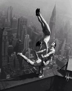 An insane acrobat performance on a ledge of the Empire State Building, photographed by Otto Bettman in 1934. From darkroastedblend.com/
