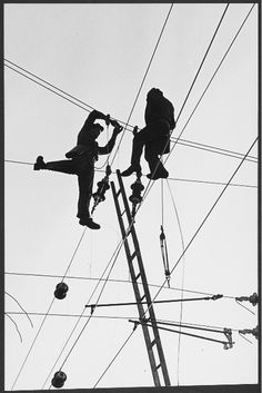 """Toni Schneiders: """"Zwei, die auf Draht sind"""" [Two who are on the ball, but also Two that are on the wire], 1954 [© ToniSchneiders.de]"""