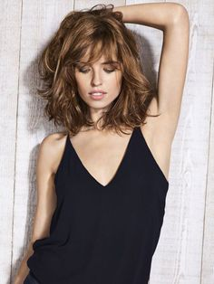 We are here with special haircuts for wavy hair! If you have trouble shaping your wavy hair in the morning, the problem may be with the haircut. Medium Hair Styles, Curly Hair Styles, Mid Length Hair, Layered Hair, Layered Bob With Bangs, Great Hair, Hair Dos, Wavy Hair, Hair Lengths
