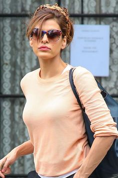 Eva Mendes lleva este precioso pero informal recogido. ¿Cuál es tu toque 10? El pañuelo a modo de diadema en su cabello, ¡perfecta para un día cualquiera!