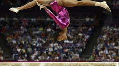 Gabrielle Douglas 'vuela' en la barra de equilibrio durante la final femenina del All-Around de gimnasia artística. La estadounidense conquistó el oro