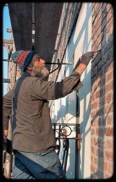 Friedensreich Hundertwasser (1928-2000) was een Oostenrijks kunstenaar en architect. Hij stond vooral bekend om de door hem ontworpen, kleurrijke gebouwen en was voorvechter van een mens- en milieuvriendelijke bouwwijze.