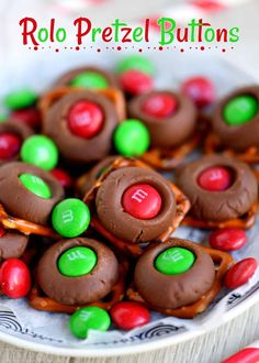 These easy Christmas candy recipes, from Christmas crack to chocolate fudge, are guaranteed to fill you with cheer this holiday season. Find one of the best Christmas candy recipes here that'll wow all of your guests. Easy Christmas Candy Recipes, Christmas Snacks, Christmas Cooking, Holiday Treats, Holiday Recipes, Christmas Goodies, Homemade Christmas, Christmas Ideas, Holiday Candy