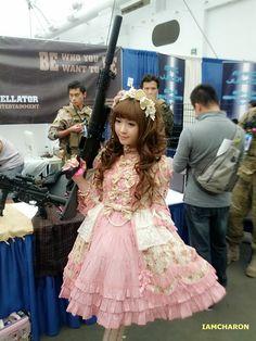 Adorable classic Lolita... w/a ginormous gun. << I sooo wanna do this at a convention XD