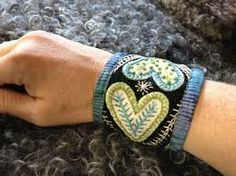 Broderat armband i annan skepnad Scandinavian Embroidery, Swedish Embroidery, Wool Embroidery, Hand Embroidery Stitches, Wool Applique, Lace Jewelry, Textile Jewelry, Fabric Jewelry, Felt Bracelet