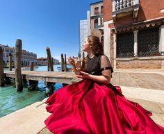 Venedig war großartig und sehr malerisch. Kleine Brücken überall, süße Lokale und Fotomotive soweit das Auge reicht. Immer wieder sprechen euch Kellner an und das Ambiente wirkt ruhig und wie verzaubert. Lasst euch davon aber nicht täuschen! Die guten Restaurants bitten nicht um eure Aufmerksamkeit. Sie sind oft unscheinbar und sehen nicht so aufgeputzt aus… Der Beitrag Foodguide Venedig   Fancy Locations für Frühstück, Dinner und Gelato erschien zuerst auf Pipifein. Neapolitanische Pizza, Gelato, Aperol, Smoothie Bar, Fancy, Bitten, Restaurants, Pictures, Bartenders