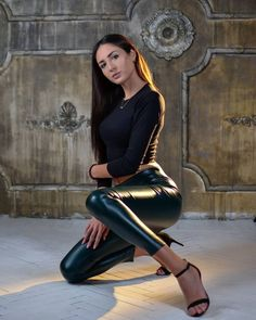 Thick Leggings, Wet Look Leggings, Girls In Leggings, Leather Tights, Looks Pinterest, Leder Outfits, Skinny Pants, Leather Fashion, Lady