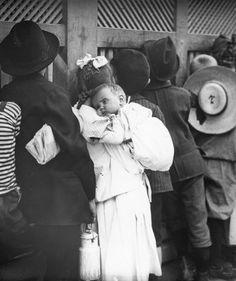 Einen Blick erhaschen (Gratis Bltzer), Zaungäste im Wiener Prater. Wien II. Photographie. Um 1905-1910.