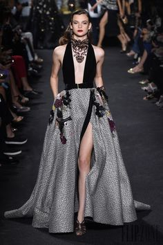 Find tips and tricks, amazing ideas for Elie saab. Discover and try out new things about Elie saab site Style Haute Couture, Couture Fashion, Runway Fashion, High Fashion, Fashion Show, Paris Fashion, Trendy Fashion, Dubai Fashion, Fashion Fashion