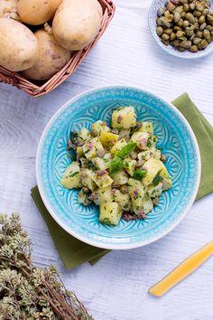 L'#insalata di #patate al #verde è un ricco #contorno adatto per la stagione #estiva! Perfetto per accompagnare una #grigliata o da presentare in abbondanza ad una tavolata di amici, grazie alla brillantezza e al fresco profumo del #prezzemolo! La sapidità decolla per la presenza di #capperi e #acciughe, che si sposano perfettamente con la delicatezza delle patate! #ricetta #GialloZafferano #italianrecipe #italianfood #summerrecipe