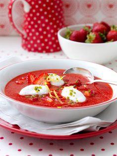 Erdbeer-Zitronen-Kaltschale mit Schneeklößchen