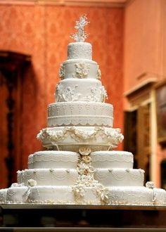 Com oito andares e decorado com cerca de 900 flores feitas de açúcar, este foi o bolo de casamento do príncipe William e Kate Middleton. www.noivinhostopodebolo.com