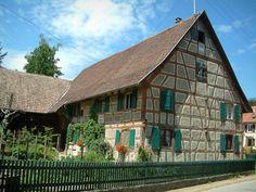 Sundgau: Jardin et maison à colombages aux volets verts (village de Riespach)