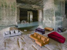 Il divano Megaram è caratterizzato da linee morbide ed arrotondate. La particolarità è lo schienale che si curva per diventare bracciolo. Ha una struttura in legno e rinforzi metallici, l'imbottitura è in schiume poliuretaniche e piuma d'oca. Interamente sfoderabile, può essere rivestito in velluto, tessuto o pelle.