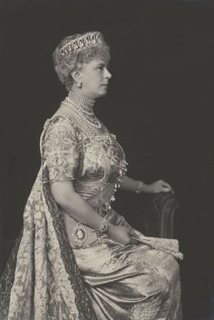 Queen Mary of the United Kingdom wearing the Grand Duchess Vladimir Tiara and Court Dress, 1928 Princess Victoria, Princess Mary, Queen Victoria, Queen Mary Of England, Windsor, Prinz Philip, Reine Victoria, Court Dresses, Royal Dresses