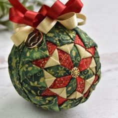 Diy Quilted Christmas Ornaments, Quilted Fabric Ornaments, Fabric Christmas Decorations, Diy Christmas Ornaments, Handmade Christmas, Holiday Crafts, Christmas Ideas, Ornament Tutorial, Fabric Balls
