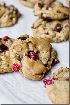 (Fresh) Cranberry Chocolate Chunk Brown Butter Cookies - they are pretty and tasty enough for the Thanksgiving dessert spread!