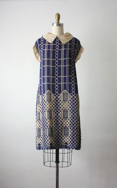 Vintage 1920s art deco navy and cream print dress with a shift shape and squared peter pan collar Size: one size fits most; intended to be blousy; will work best for small and medium frames. Bust: 42 Waist: 42 Hips: 48 Length: 39 Condition: excellent (g)