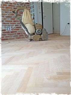 New parquet is being done.. first coat of varnish should be done today.. and if we have a bit of luck maybe second too.. the parquet is a beech.. love that wood..