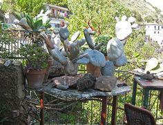 Die Terrasse des Künstlers in Taormina, Sizilien, mit Kaktus aus Stein in Arbeit -  http://www.claudoscope.eu/