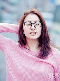 """早見あかり。元「ももいろクローバーZ」メンバー。☆Akari Hayami, ex-mbr of the girls group """"Momoiro Clover Z"""" in the eyeglass ad."""