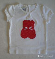 Camiseta para bebé, con osito en tela roja con topos blancos. http://lascosasdehechoamano.blogspot.com.es/