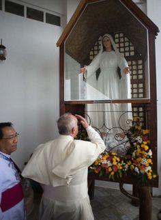 papa francisco orando a la virgen de lipa