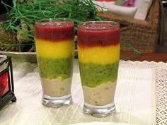 Zielone koktajle: banany + nerkowce + kiwi + mango + czereśnie + truskawki