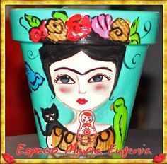 Maceta Frida aguamarina Espacio María Eugenia Painted Milk Cans, Painted Clay Pots, Painted Flower Pots, Hand Painted Ceramics, Flower Pot People, Clay Pot People, Diy Arts And Crafts, Diy Crafts, Clay Pot Crafts