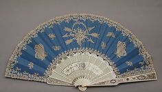 1870 taffetas de soie, la dentelle aux fuseaux, ivoire, d'acier et de fans de la mère de perle par A. Rodien, français. Via MMA.