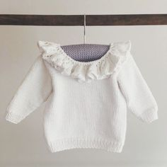 Ravelry: Babybluse med flæsekrave pattern by Pia Trans Knitting For Kids, Baby Knitting Patterns, Crochet For Kids, Crochet Baby, Kids Clothes Patterns, Clothing Patterns, Baby Pullover, Bobe, Baby Leggings
