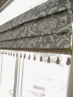 Roleta rzymska z frędzlami. Roleta z dekoracyjnymi elementami doszytymi u góry lub w dolnej części rolety, w tym przypadku frędzle nadają dekoracji niezwykle bogaty i atrakcyjny wygląd.