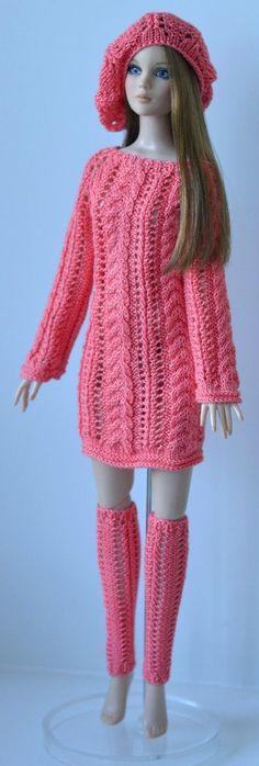 Tricô: Tecido de malhas entrelaçadas, feito à mão, com algumas especiais, ou à máquina. A palavra tricô passou também a ser usada para fazer referência a suéteres e pulôveres.