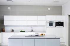 House2 keittiö - kitchen Ovi: Viola puhdas valkea kiiltävä Taso: Harmaa kivitaso Minimal Kitchen, Minimalism, Kitchen Cabinets, Home Decor, Architecture, Decoration Home, Room Decor, Cabinets, Home Interior Design