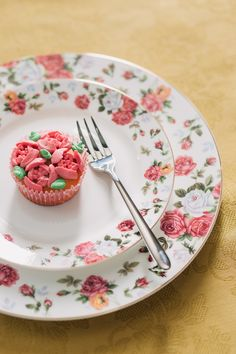 Savurează deserturi delicioase în farfuriile de inspirație romantică! #farfurie#portelan englezesc #fine bone Panna Cotta, Plates, Ethnic Recipes, Tableware, Licence Plates, Dulce De Leche, Dishes, Dinnerware, Griddles