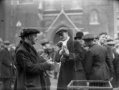 Martin Munkacsi. Dog market, England. 1932 Martin Munkacsi, Gjon Mili, Ad Reinhardt, Lou Williams, Fulton Street, Walker Evans, New York Studio, Life Magazine, Street Photography