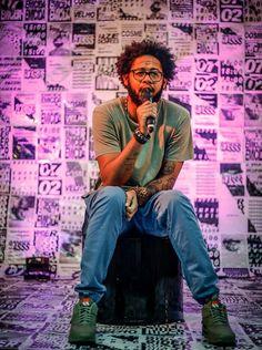 O rapper Emicida durante a masterclass que faz parte do projeto Fazedores (Foto: Divulgação) Trap Rap, Rapper, Hip Hop, Arte Popular, Black Artists, Musical, Crushes, Hero, Culture