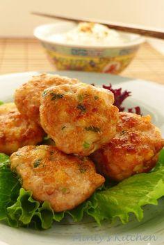 A very simple home-style fried prawns and pork balls - Ingredients: 300g minced pork 250g prawns, peeled and deveined - cho... Pork Rib Recipes, Prawn Recipes, Mince Recipes, Seafood Recipes, Asian Recipes, Cooking Recipes, Asian Appetizers, Asian Snacks, Appetizer Recipes