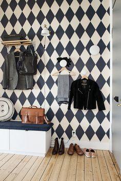 Visite d'un appart scandinave qui nous prouve que même avec de la couleur aux murs une déco peut être sobre !