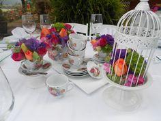 Centro de mesa frances con teteras, jaulas, tasitas.