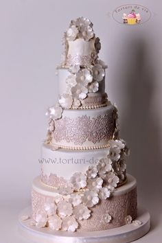 Tort nunta Dantela si flori albe